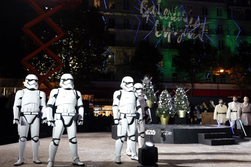 Star Wars ispira il Natale nei magazzini parigini Lafayette. AFP PHOTO / FRANCOIS GUILLOT