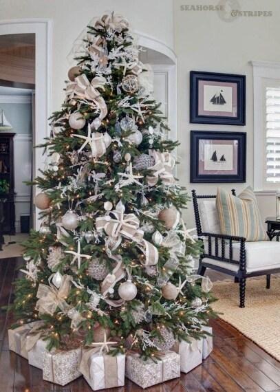 Albero di Natale decorato in bianco