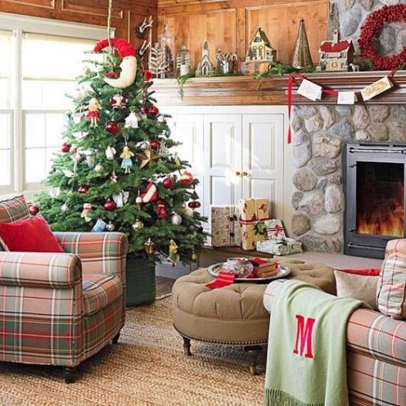 Albero di Natale decorato in rosso