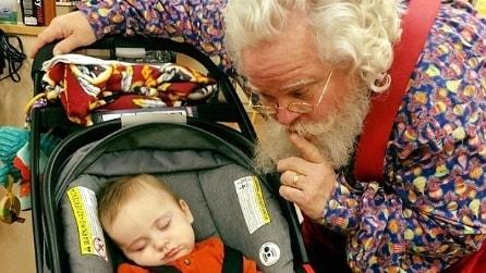 Si addormenta mentre fa la fila ma l'idea di Babbo Natale è davvero tenerissima