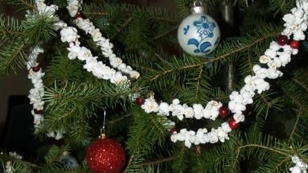 Come decorare l'albero di Natale con i pop corn: l'idea originale