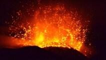 Spettacolare eruzione dell'Etna, una fontana di lava accende la notte