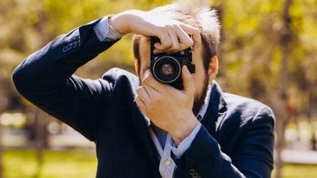 Papà single fotografa le figlie: l'insolito album di famiglia