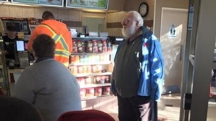 Un bambino nel ristorante lo crede Babbo Natale, la reazione del nonno emoziona tutti