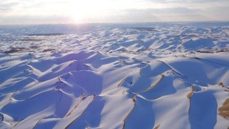 Cina, lo spettacolo del deserto innevato di Taklimakan