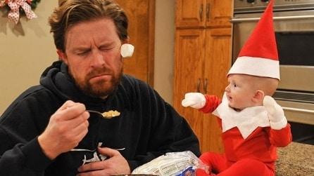 Il figlio di 4 mesi diventa un elfo di Babbo Natale: la dolce idea del papà