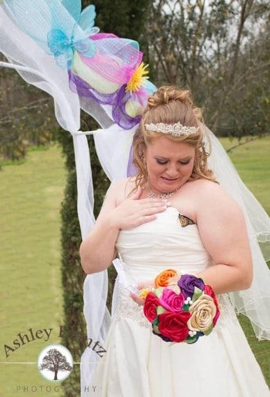 Il momento in cui la farfalla si posa sul vestito
