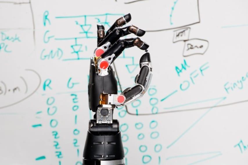 I ricercatori della Johns Hopkins University hanno sviluppato una protesi in grado di usare la neurotecnologia. Collegandola al cervello attraverso degli elettrodi si ha il senso del tatto.