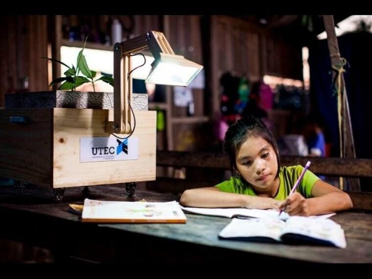 Si chiama la Planta Lámparas, una pianta che sfrutta il potere dei vegetali per creare luce. (http://www.utec.edu.pe/ingenio-en-accion/plantalamparas-plantas-que-dan-luz)