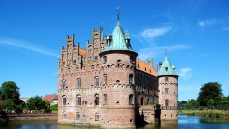 I 7 castelli circondati dall'acqua più belli d'Europa
