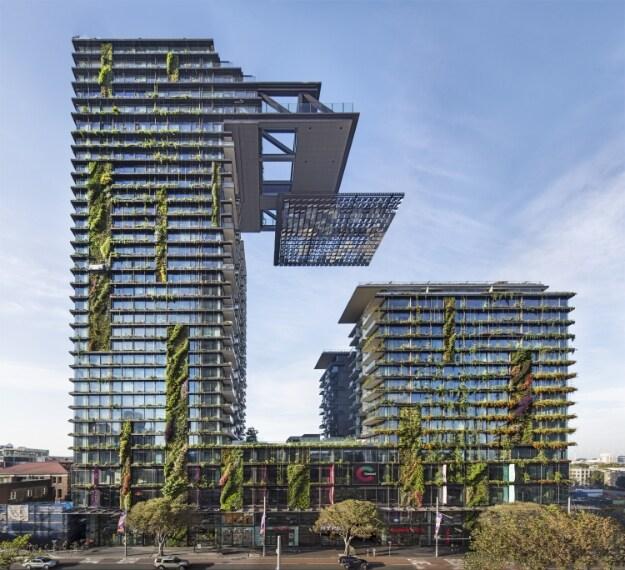 623 appartamenti in due torri residenziali al di sopra di un centro commerciale è il progetto di Ateliers Jean Nouvel con PTW Architects; il disegno del One Central Park è centrato su due tecnologie innovative 'verdi': eliostati e idroponica, applicati con fantasia senza precedenti.