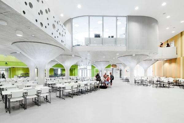 Kastelli Community Centre fornisce servizi di formazione e di esercizio per circa 1.500 bambini e giovani. Si distingue con soluzioni eco-sostenibili, come il controllo della domanda basata sulla illuminazione e ventilazione, che garantiscono entrambe ottime condizioni climatiche interne ed elevata efficienza.