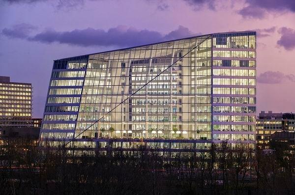 L'Edge è edificio più sostenibile del mondo ufficialmente premiata con il punteggio più alto mai registrato dal Building Research Establishment (BRE). The Edge è stato il primo edificio ad utilizzare LED e consente ai dipendenti di utilizzare un loro smartphone per regolare il clima e la luce sulle loro singole aree di lavoro.