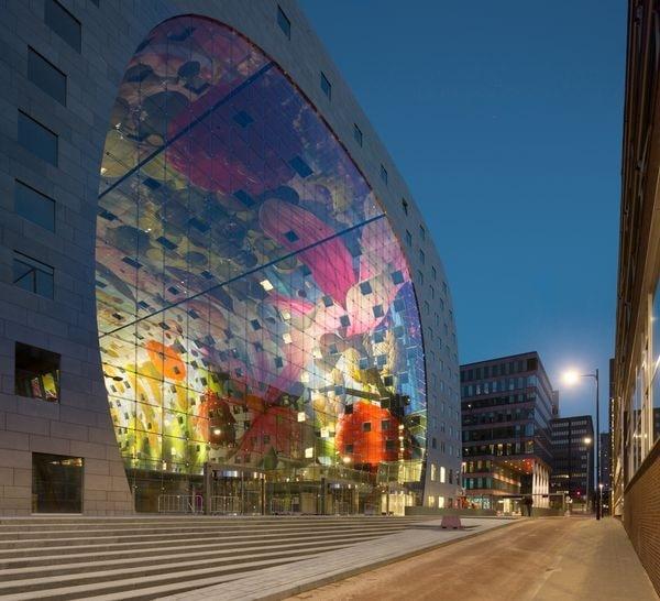 Rotterdam dispone di una nuova icona. In una location storica al Binnenrotte, vicino alla stazione Blaak, ecco il più grande mercato settimanale all'aperto, il primo mercato coperto dei Paesi Bassi. Markthal comprende un enorme piano di mercato sotto un arco di appartamenti. La sua forma e i colori trasformano Markthal in uno spettacolo unico.