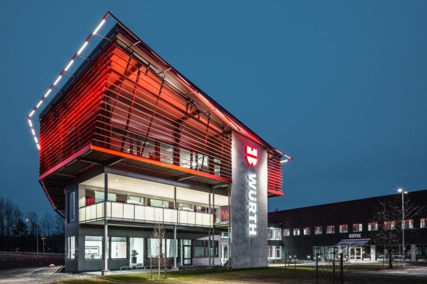 L'edificio è sede di un sistema altamente efficiente di magazzino automatizzato, un negozio e il quartier generale per gli impiegati Würth. L'edificio si fonde con il colore vernacolo di Falu rosso che è incorporato nella cultura svedese con i colori della Würth.