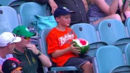 Ragazzo mangia un'anguria intera e diventa un fenomeno virale: ecco perché