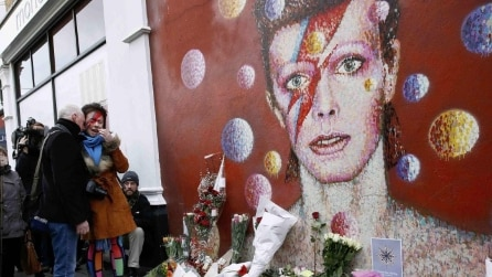 I fan di David Bowie piangono il Duca Bianco a Londra