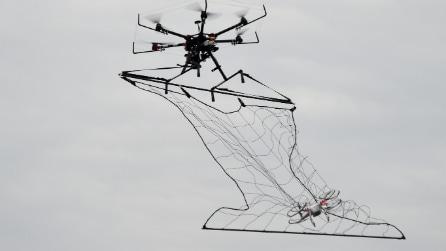 Drone finisce nella rete di un altro drone: l'esercitazione antiterrorismo in Giappone