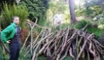 Come su un'isola deserta, raccolgono un ammasso di rami per costruirsi una capanna