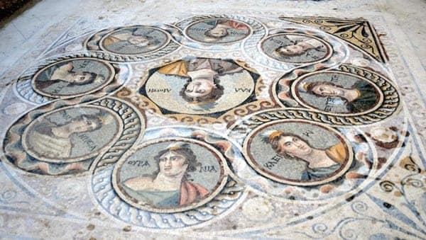 Un mosaico che raffigura le nove Muse, dee adorate dai greci.