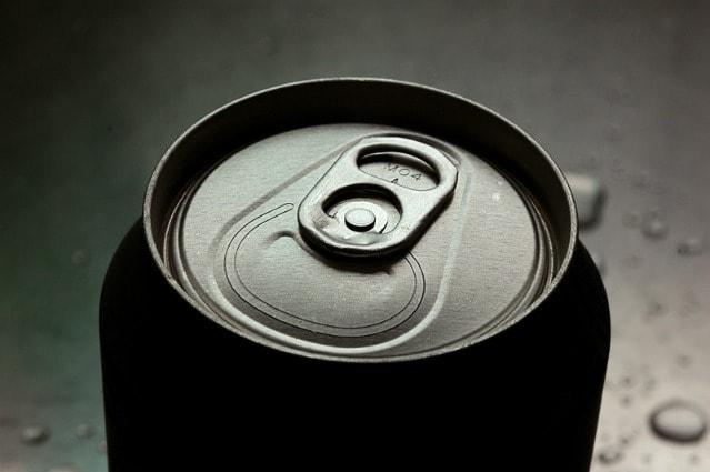 Il coperchio delle lattine di alluminio ha una particolare linguetta (quella con il sistema di apertura che rimane legato alla lattina diffuso dopo il 1980) che presenta due fori, uno di questi serve per infilare la cannuccia con cui bere.