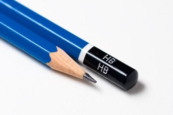 La matita, quella classica che usiamo sin da piccoli, è caratterizzata da una sezione esagonale perché garantisce una corretta impugnatura.