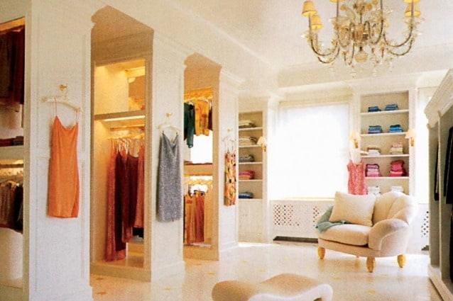 Più di 1.000 paia di scarpe, pavimenti in marmo mozzafiato e costosi mobili di ispirazione Luigi XVI, caratterizzano l'armadio della cantante nell'attico di New York.