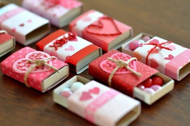 Le scatole di fiammiferi possono essere decorate e riempite di confetti di cioccolato nei colori dell'amore.