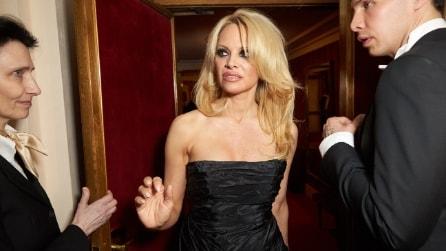 A 48 anni è più sexy che mai: Pamela Anderson seduce tutti all'Opera di Vienna