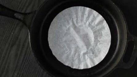 Stende un filtro da caffè in una padella, un utilissimo rimedio casalingo