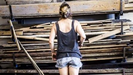 Trova delle vecchie travi di legno: il modo in cui le trasforma è spettacolare