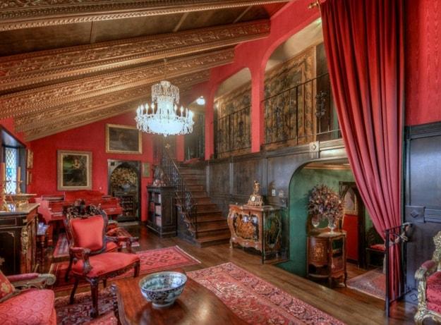 Ma gli interni sembrano provenire direttamente da un castello medievale.