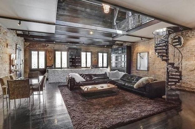 C'è un certo gusto post-industriale a distinguere gli arredi interni della casa.