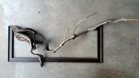 Trova dei vecchi rami caduti: il modo in cui li trasforma è incredibile
