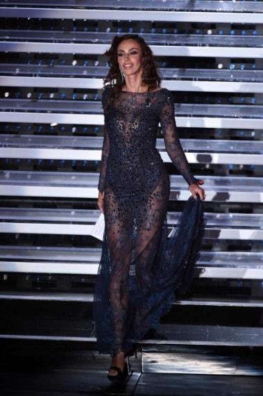Per la terza uscita la Ghenea sceglie un sensuale abito blu effetto nude indossato senza intimo
