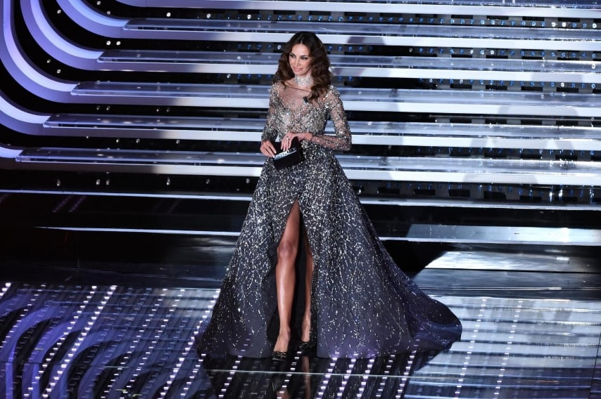 af014b1b4685 La valletta di Sanremo indossa un lungo abito decorato con cristalli e  paillettes dal corpetto aderente. Madalina Ghenea ...