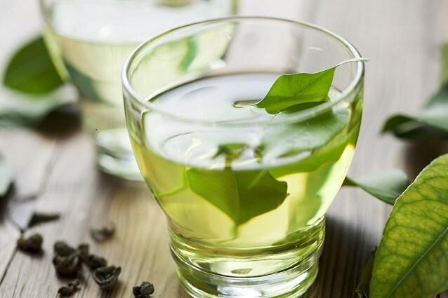 Le foglie delle piante officinali possono essere lasciate in infusione direttamente in acqua calda.