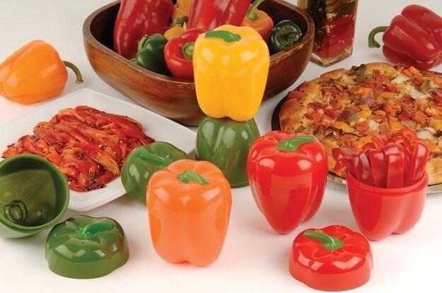 Quando si mangia a volte i peperoni vengono usati in cucina per dare un po' di colore e sapore al cibo ma non vengono consumati tutti, specialmente se si è da soli, ecco quindi un contenitori per conservare i peperoni restanti.