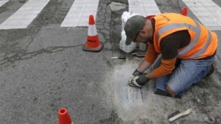 Chicago: ecco l'artista che riempie le buche stradali con incredibili mosaici