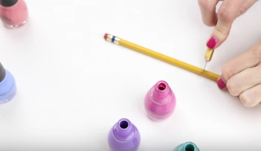 Poi taglia una matita della lunghezza del barattolo