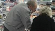 Al supermercato, un anziano aiuta sua moglie in un'operazione molto importante