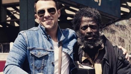 Artista suona in strada per aiutare i senzatetto: raccolti 4000 dollari in un anno