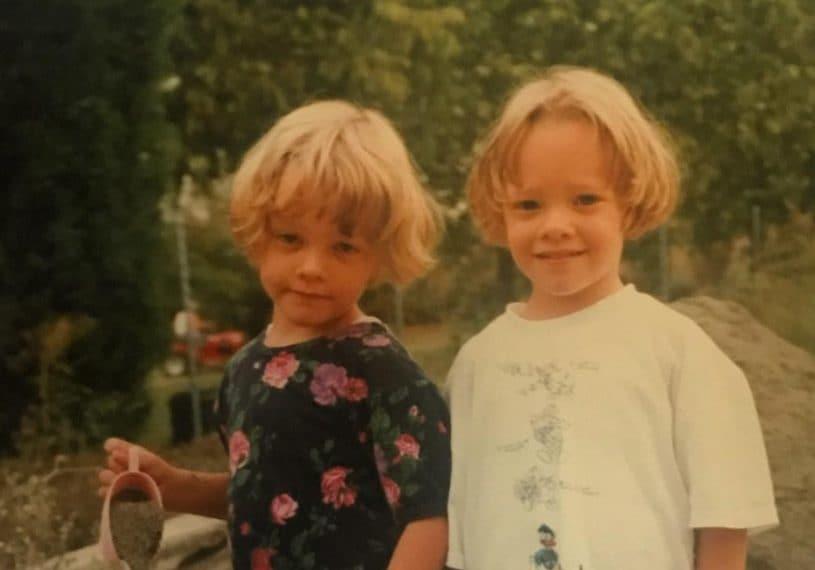 Un tenerissimo scatto che mostra Silvia e Giulia Provvedi da piccole (e svela che il loro colore naturale è il biondo!)
