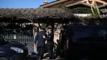 Ex colonnello uccide la moglie con un vaso e poi si impicca in giardino