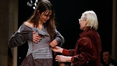 Vivienne Westwood sale in passerella ed aiuta la modella a rivestirsi