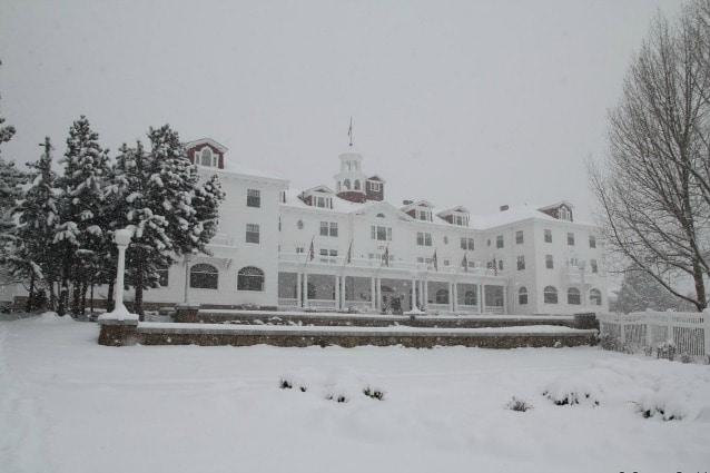 """uando nel 1973 Stephen King soggiornò nella camera 217 dello Stanley Hotel ad Estes Park, in Colorado, l'albergo era quasi semi vuoto perché era la notte prima della chiusura invernale e la sua hall, gli spazi comuni e le stanze si rivelarono perfetti per ambientare il famoso romanzo """"Shining"""" che ha poi ispirato il film omonimo diretto da Stanley Kubrick."""