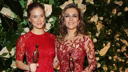 Bar Rafaeli e Liz Hurley in rosso incantano i People Style Awards
