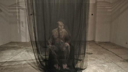 Fa emergere immagini tridimensionali dalle tende: il talento di Uttaporn Nimmalaikaew