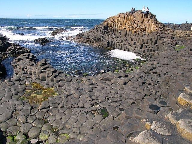 La spiaggia è formata da circa 40.000 rocce basaltiche sorte a seguito di un'eruzione vulcanica. Leggenda vuole che si siano formate a causa di una lite tra due giganti. Foto: https://en.wikipedia.org/wiki/Giant%27s_Causeway#/media/File:Causeway-code_poet-4.jpg
