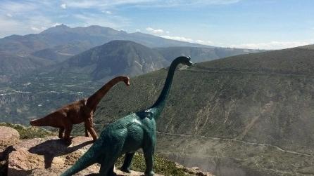 Le foto di viaggio diventano preistoriche con i dinosauri giocattoli